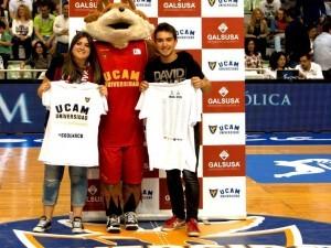 Hacemos entrega de 4 camisetas junto a UCAM Murcia Baloncesto en el último partido de la temporada.